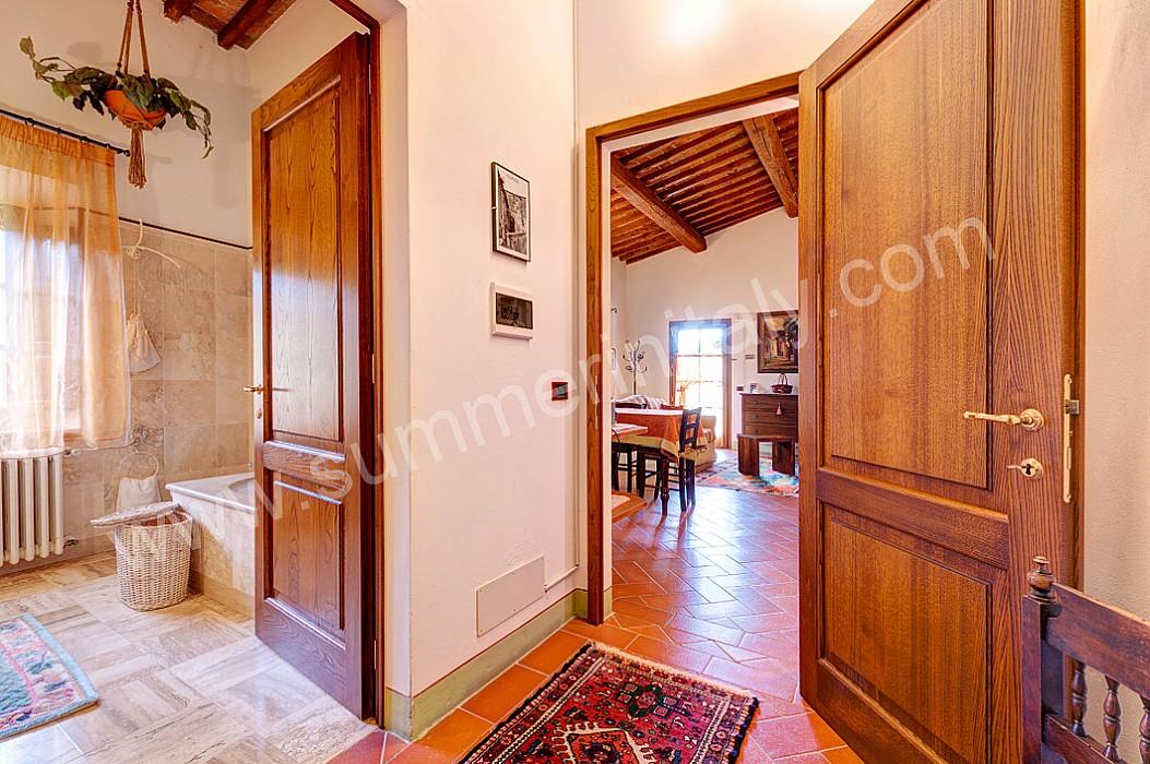 Finest il soffitto ha travi di legno a vista e pianelle di - Mobili stile toscano ...