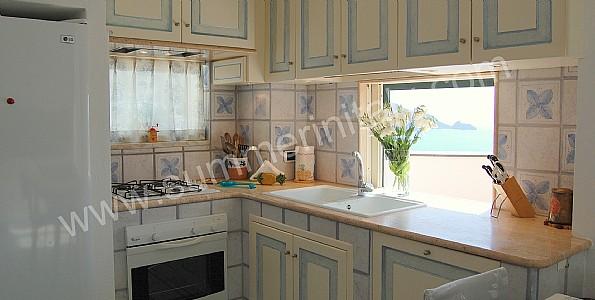 Villino blu casa vacanza in praiano costiera amalfitana italy - Cucina ad angolo con finestra ...
