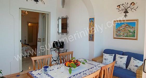 Villa debra b appartamento ammobiliato in positano for Divani casa al mare