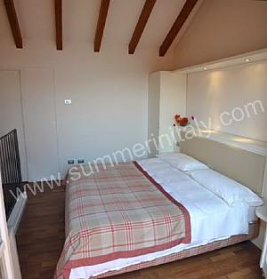 Appartamento vitalia p appartamento ammobiliato in meina lago maggiore italy - Camera da letto con parquet ...