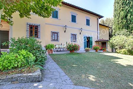 Villa buonagrazia villa in affitto in figline valdarno for Piani casa di campagna con avvolgente portico