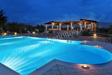 Piscine per casa come scegliere il look della tua piscina for Piani di casa con cucina esterna e piscina