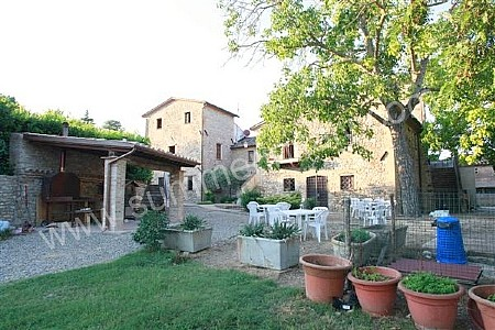 Villa pavone a appartamento ammobiliato in montone for Piani di piccola fattoria avvolgono portico